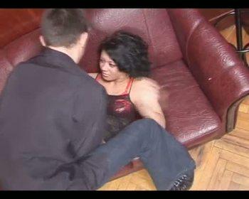 Худая красотка принимает член ненасытного любовника в бритую пилотку