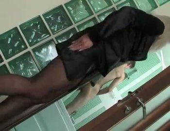 Женщина в чулках скачет на длинном члене развратного парня