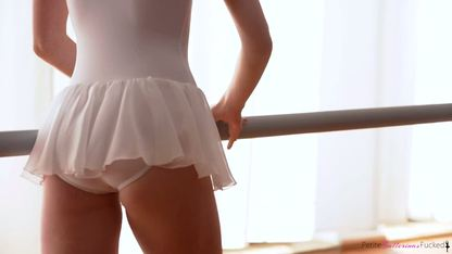 Парень ласкает пилотку балерины и усаживает её на свой конец