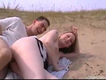Парень уложил белокурую подругу на пляже и поимел её в киску