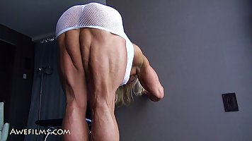 Блондинка за сорок показывает свое накаченную попу, ноги и плечи