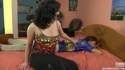 Русская женщина дала своему любовнику на шпагате