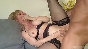 Зрелая женщина в чулках дрочит клитор, насаживаясь на член любовника