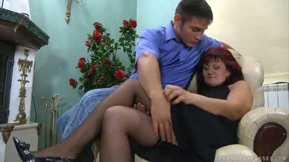 Грудастая женщина в чулках встала раком на мягком диване