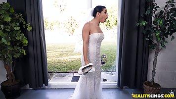 Мужик трахнул свою невесту и её грудастую мамку