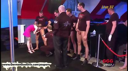 Двое парней поимели сексуальную развратницу на диване
